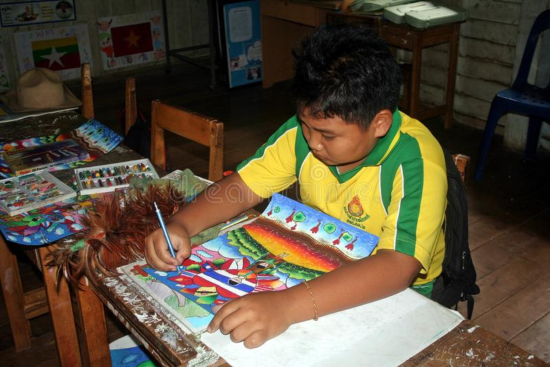 Este estudiante está dibujando una imagen foto de archivo libre de regalías
