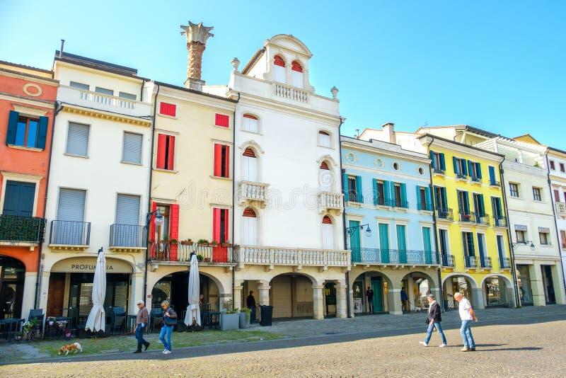Este, Italia, el 22 de abril de 2017 - la gente camina debajo del buildi colorido imágenes de archivo libres de regalías