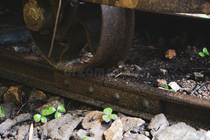 Este lazo de ferrocarril aherrumbrado viejo, primer de una vía abandonada del tren whee foto de archivo
