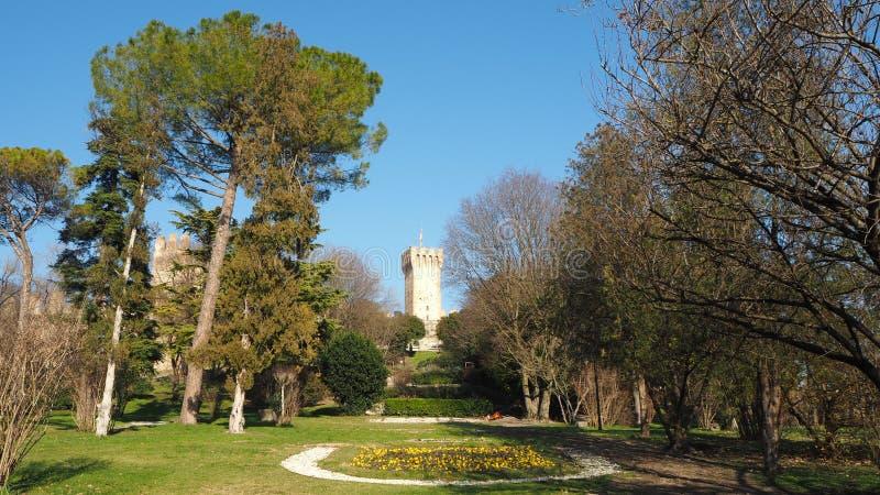 Este, Padova, Италия Руины замка Carrarese и своего общественного парка стоковая фотография