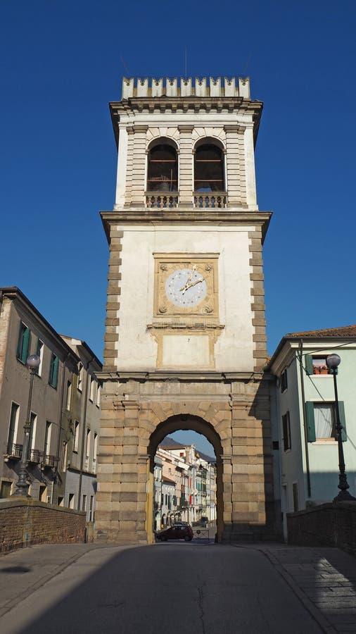 Este, Padova, Италия Старая башня с часами используемая как дверь к деревне стоковые фотографии rf