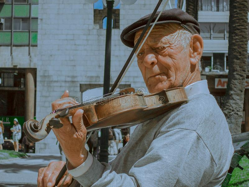 Este violinista joga sempre seu violino fotos de stock royalty free