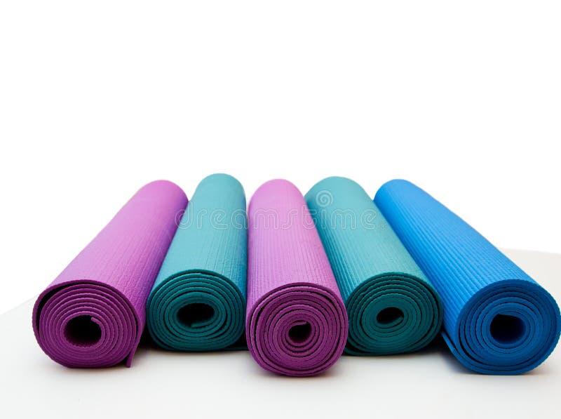 Esteira da ioga isolada no fundo branco Copyspace fotografia de stock