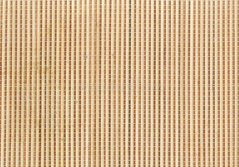 Esteira de bambu usada rolando o sushi do maki Feche acima do fundo de bambu da esteira fotografia de stock
