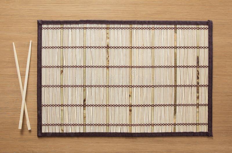 Esteira de bambu vazia na tabela fotografia de stock royalty free