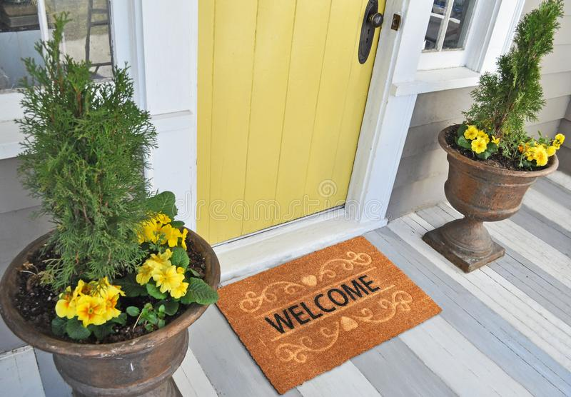 Esteira de porta bem-vinda em um fundo branco colocado fora da porta fotografia de stock royalty free