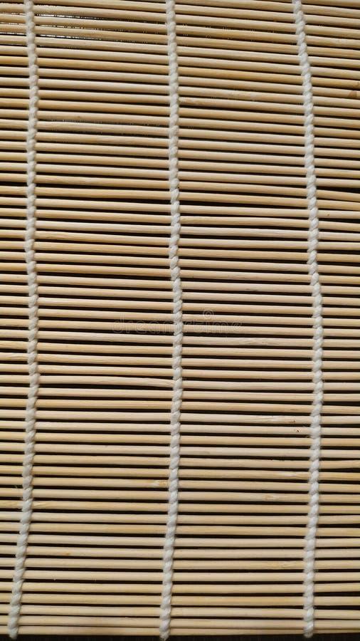 Esteira de vime, guardanapo decorativo das hastes finas prendidas com linha de matéria têxtil Close-up imagens de stock royalty free