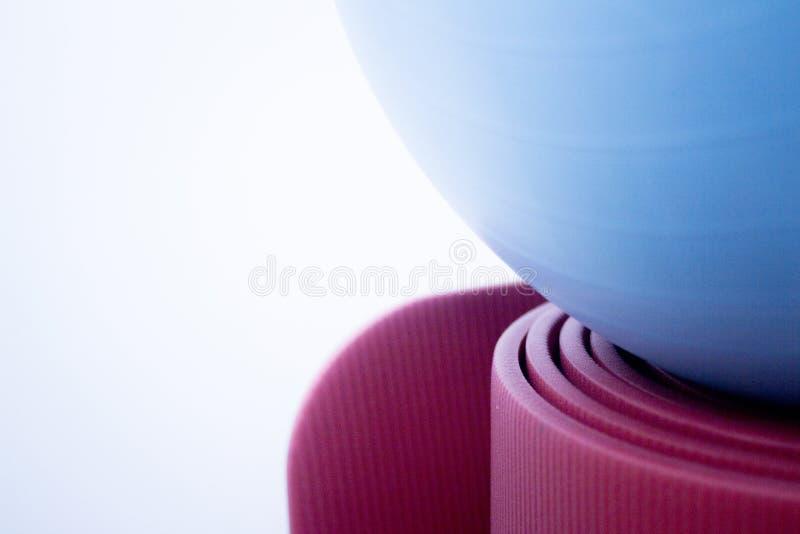 Esteira e bola da espuma da ioga e dos pilates da aptidão imagem de stock royalty free