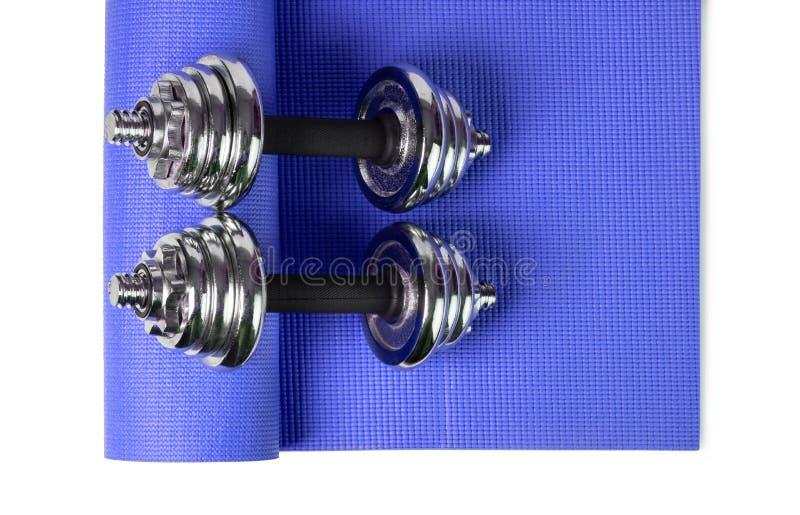 Esteira e pesos da ioga imagem de stock