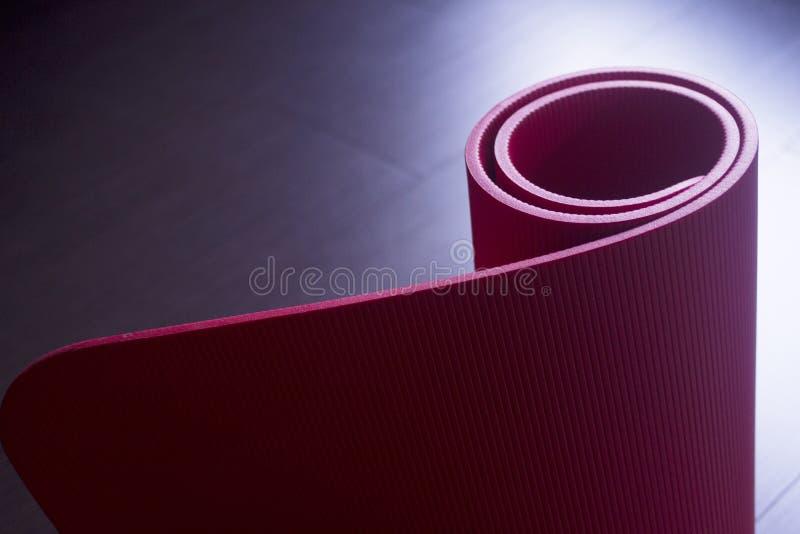 Esteiras vermelhas do gym da espuma da ioga e dos pilates da aptidão fotos de stock