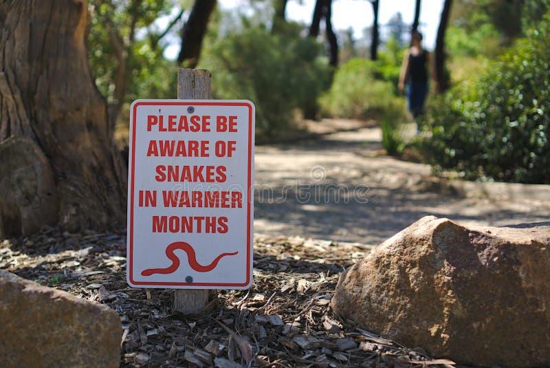 Esteja ciente das serpentes assinam foto de stock