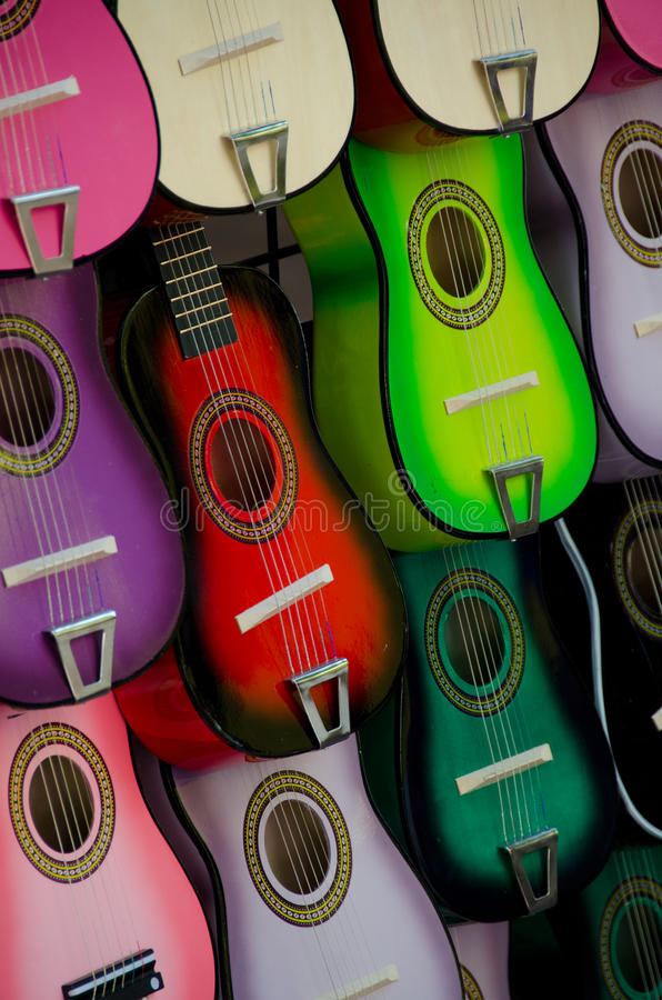 Esteja com as guitarra de madeira pequenas coloridas no mercado, San fotografia de stock