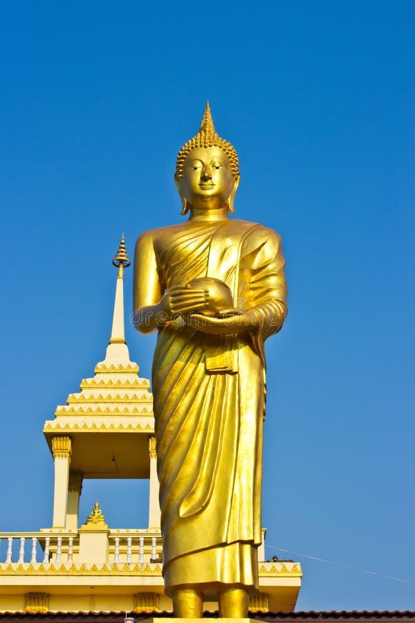 Esteja a estátua dourada de Buddha no céu em Tailândia imagens de stock