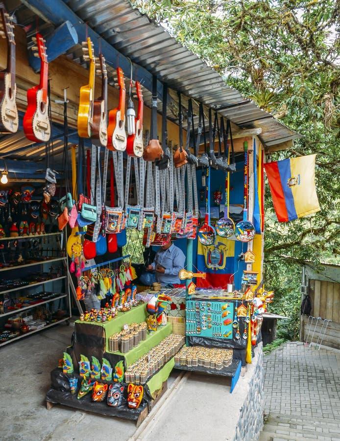 Esteja onde o homem equatoriano nativo local vende artesanatos locais imagem de stock royalty free