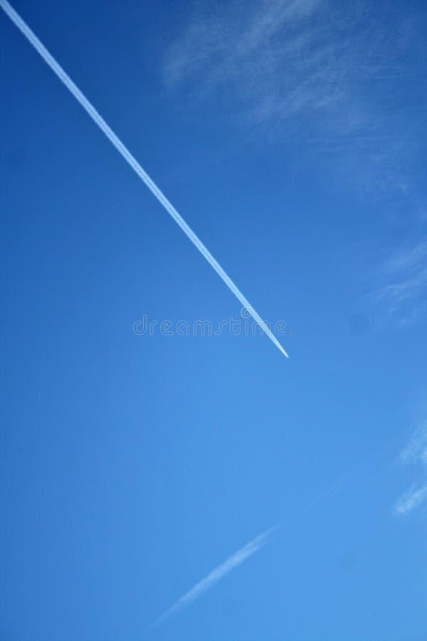 Estela de vapor del aeroplano en el cielo fotos de archivo libres de regalías