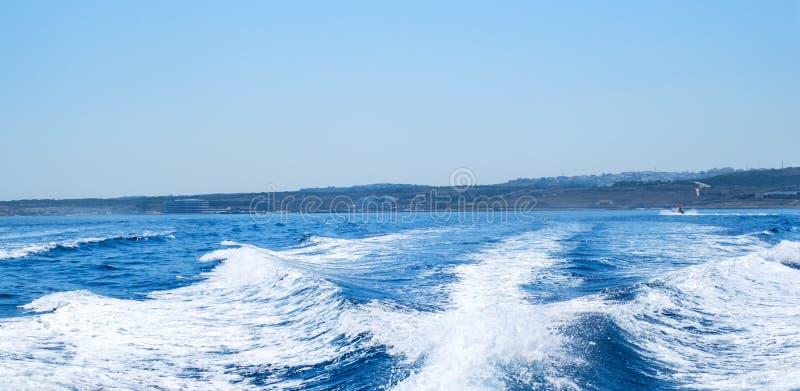 Estela del agua detrás del barco de la velocidad fotografía de archivo