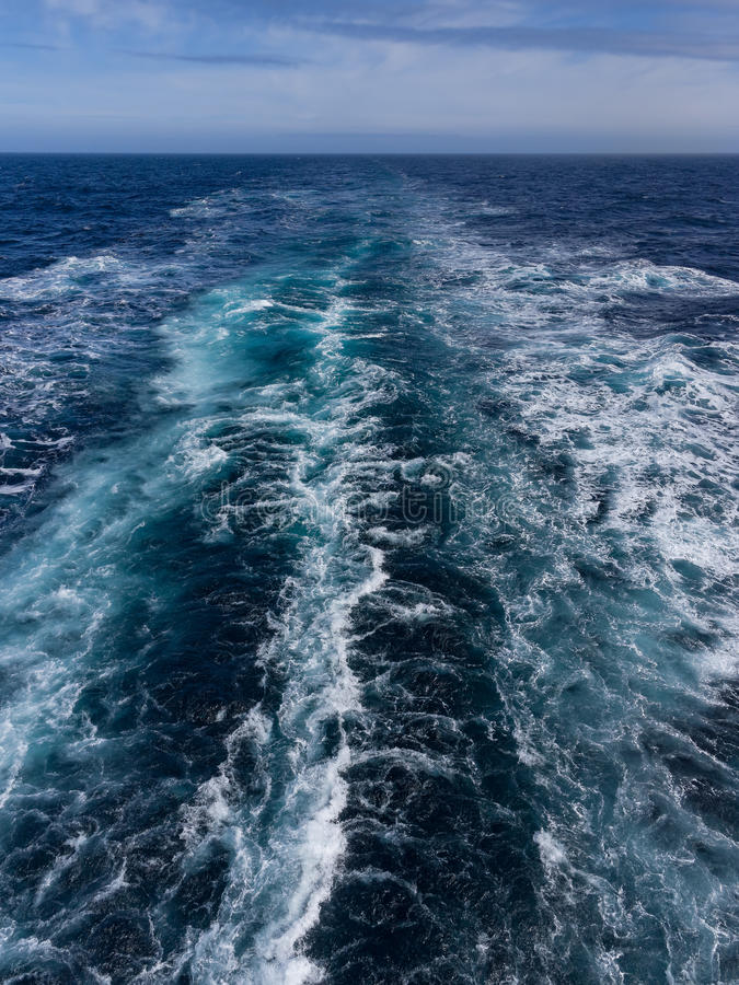 Estela del barco de cruceros