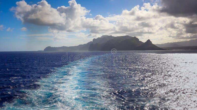 Estela del barco de cruceros con la isla de Kauai en la distancia foto de archivo