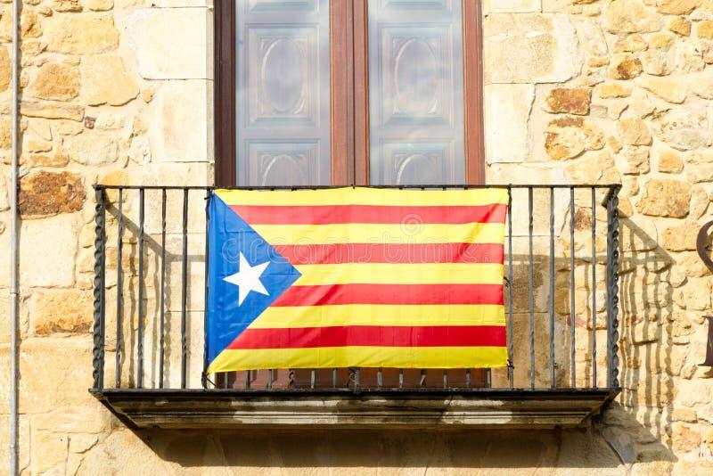 Estelada在Catalon担任主角垂悬在一个大厦外面的旗子 免版税库存照片