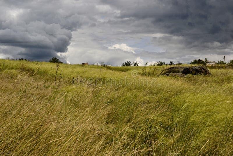 Estepa ucraniana y cloudscape imponente imagenes de archivo