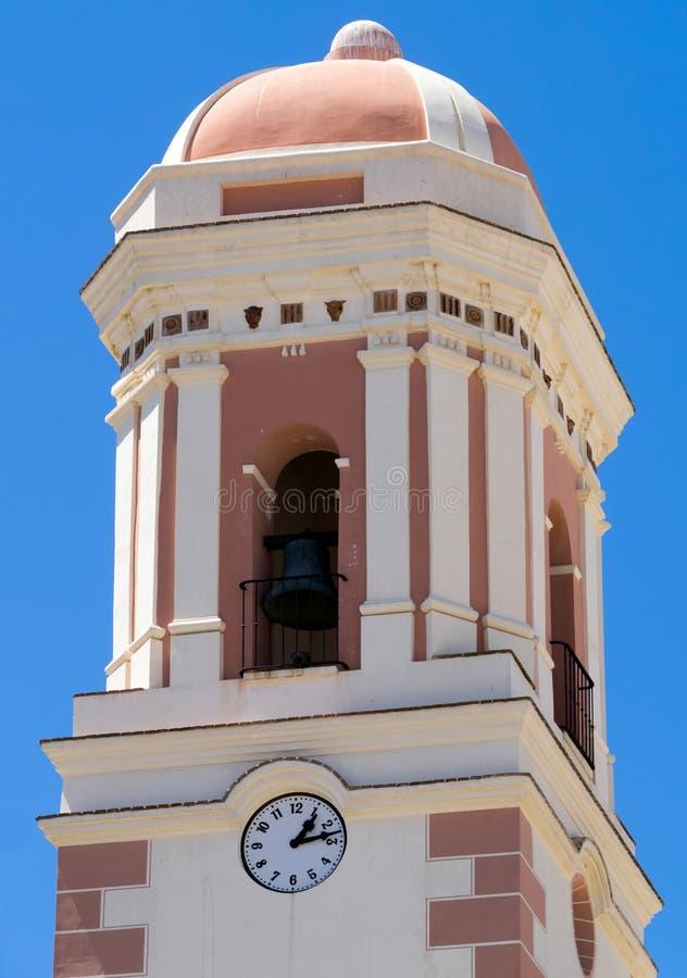 ESTEPONA, ANDALUCIA/SPAIN - 5 ΜΑΐΟΥ: Καμπαναριό της εκκλησίας Estepona στοκ εικόνες