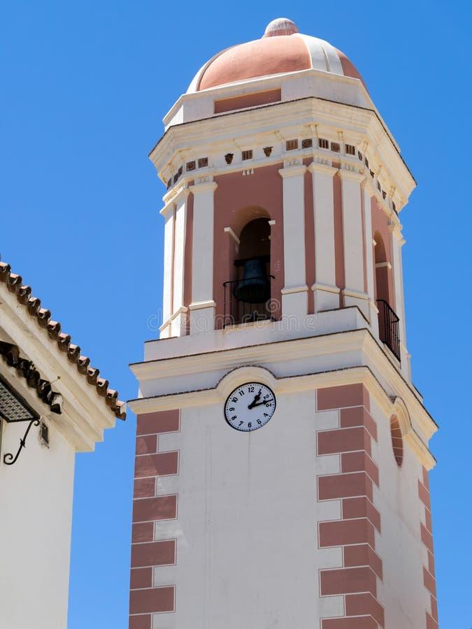ESTEPONA, ANDALUCIA/SPAIN - 5. MAI: Belfry der Kirche in Estepona lizenzfreies stockfoto