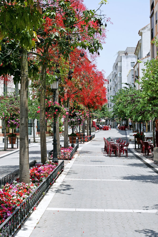 Estepona hoofdstraat in Spanje stock afbeelding