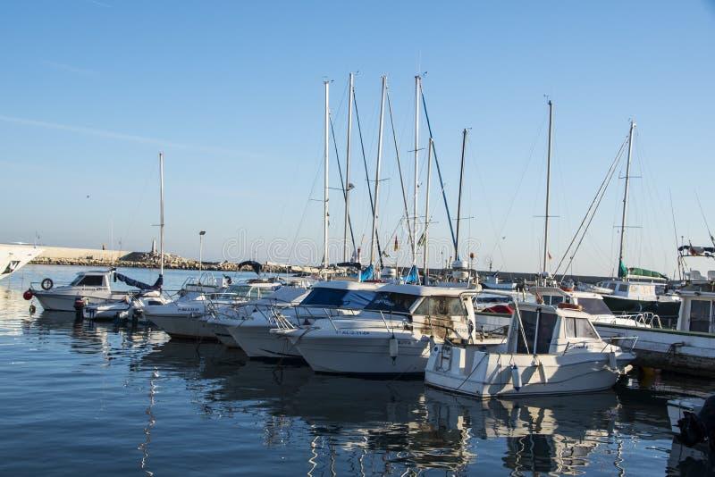 Estepona L'Espagne, le 30 mars 2019 - bateaux ? Estepona ? la mer M?diterran?e en Andalousie photographie stock libre de droits