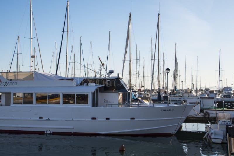Estepona La Spagna, il 10 marzo 2019 - barche a Estepona al mar Mediterraneo in Andalusia fotografie stock