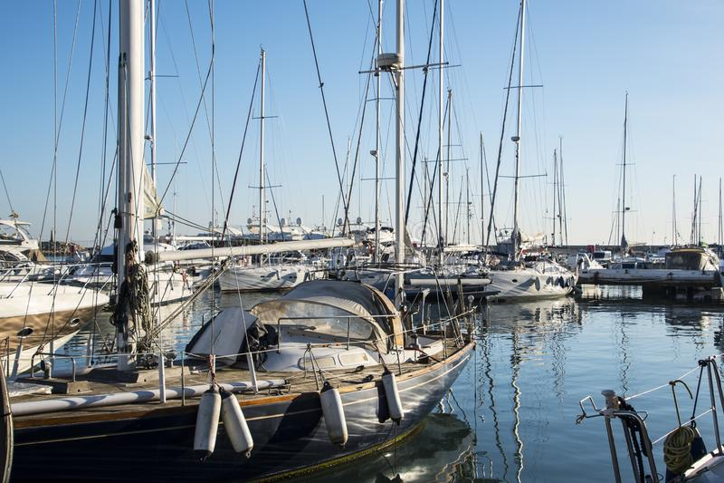 Estepona La Spagna, il 30 marzo 2019 - barche a Estepona al mar Mediterraneo in Andalusia fotografia stock libera da diritti