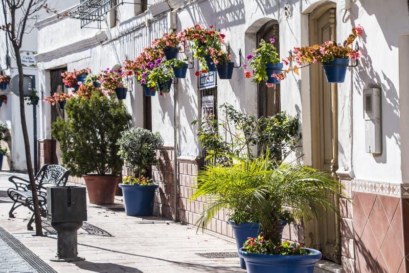 ESTEPONA, SPAGNA - 20 aprile 2019 - via di Estepona, Andalusia, Spagna fotografia stock libera da diritti