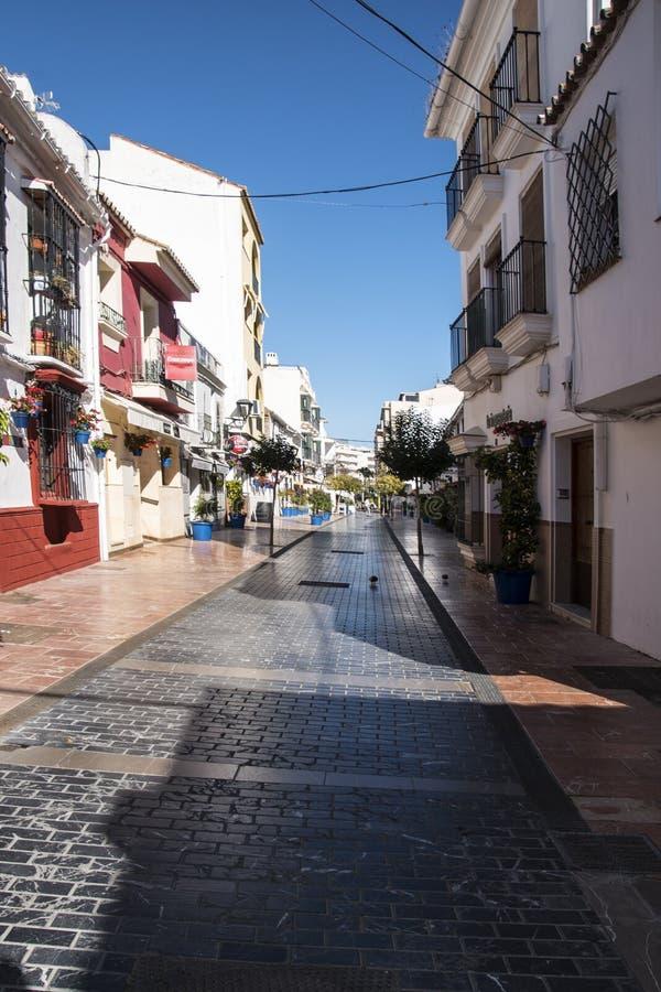 ESTEPONA, SPANIEN - 20. April 2019 - Straße von Estepona, Andalusien, Spanien stockfotos