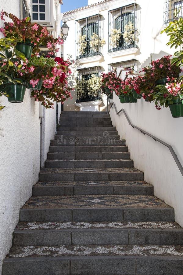 ESTEPONA, SPANIEN - 20. April 2019 - Treppe in der Stadt Estepona, Andalusien, Spanien lizenzfreie stockbilder