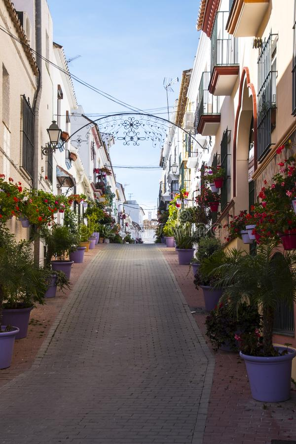 ESTEPONA, SPANIEN - 22. Februar 2019 - Straße von Estepona, Andalusien, Spanien lizenzfreies stockbild