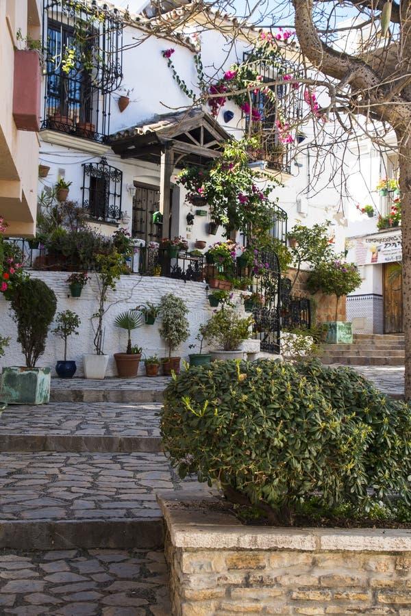 ESTEPONA, SPANIEN - 22. Februar 2019 - Straße von Estepona, Andalusien, Spanien lizenzfreie stockbilder