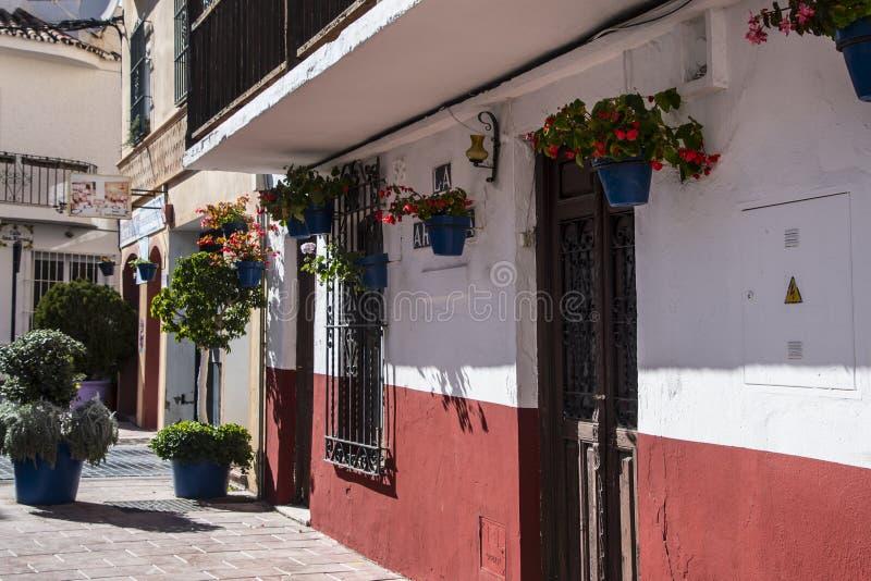 ESTEPONA, SPANIEN - 22. Februar 2019 - Straße von Estepona, Andalusien, Spanien stockbilder