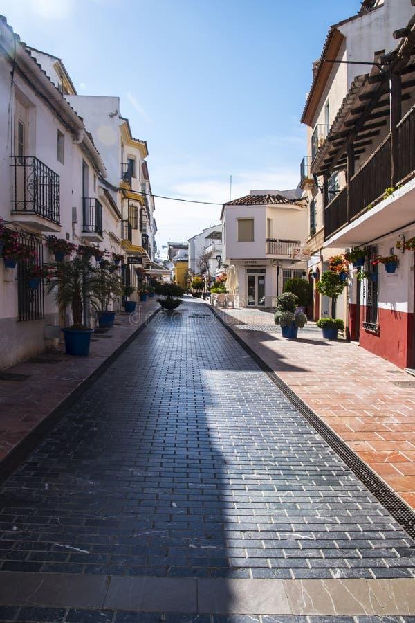 ESTEPONA, SPANIEN - 22. Februar 2019 - Straße von Estepona, Andalusien, Spanien lizenzfreies stockfoto