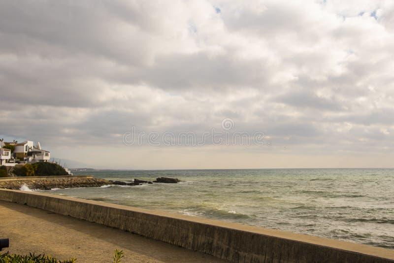 ESTEPONA, SPANIEN - 22. Februar 2019 - Strand Sanur-Strand, Bali, Indonesien Estepona-Stadt, Andalusien, Spanien lizenzfreies stockbild