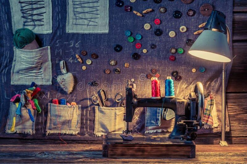 Estera de costura hecha de agujas, de hilos y de botones en taller del sastre stock de ilustración