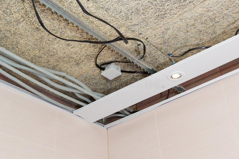 Estera de la fibra y cableado suspendido del techo y eléctrico imágenes de archivo libres de regalías