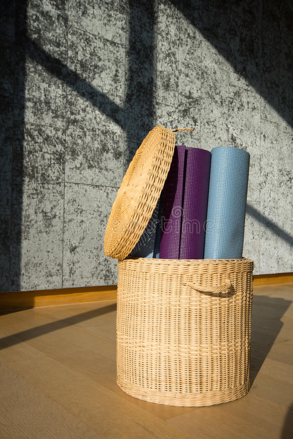 Estera de la yoga en la cesta imagen de archivo libre de regalías