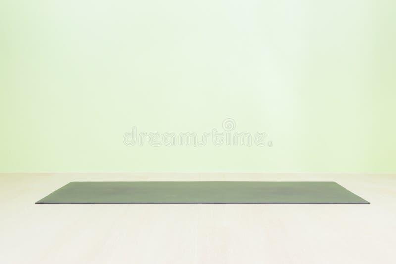 Estera de yoga negra en cuarto vacío fotografía de archivo libre de regalías