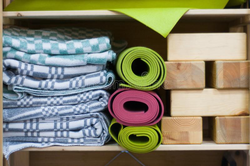Esteras coloridas de la yoga en clase Manta de los bloques y de las lanas de la yoga fotografía de archivo libre de regalías