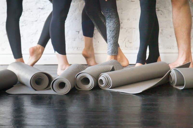 Esteras de la yoga en un rollo fotografía de archivo libre de regalías