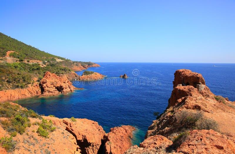 Esterel śródziemnomorskie czerwone skały suną, plaża i morze Francuski Riviera w Cote d Azur blisko Cannes świętego Raphael, Prov zdjęcie royalty free