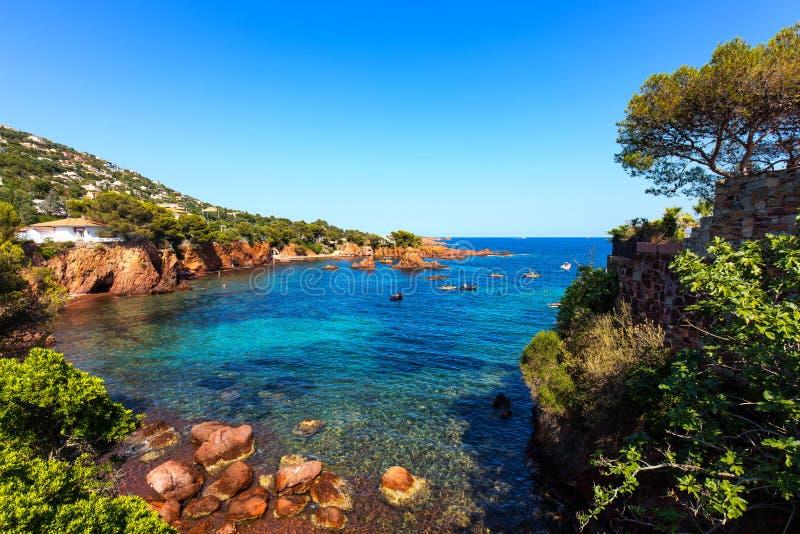 Esterel трясет побережье и море пляжа Коут Azur, Провансаль, Франция стоковое изображение