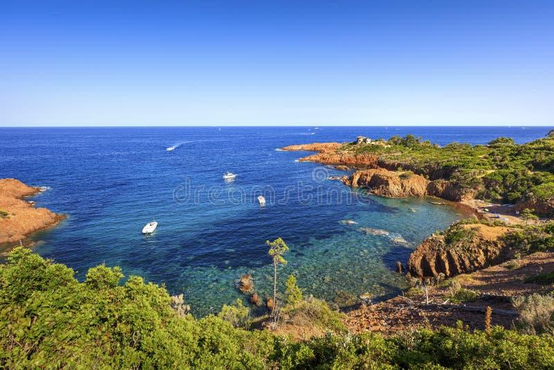 Esterel трясет побережье и море пляжа Коут Azur, Провансаль, Франция стоковые изображения rf