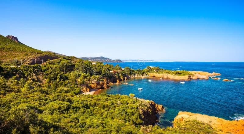 Esterel bascule la côte et la mer de plage Cote Azur, Provence, France photos stock