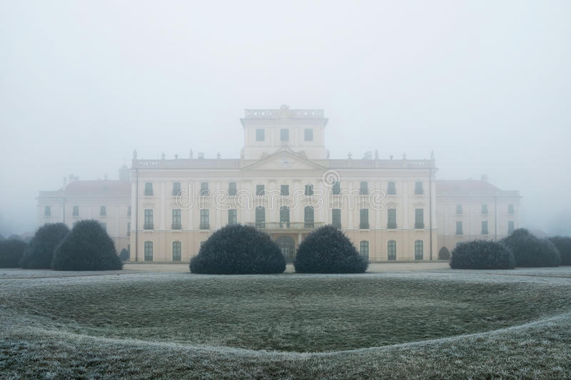 Esterhazy slottträdgård i dimman arkivbild
