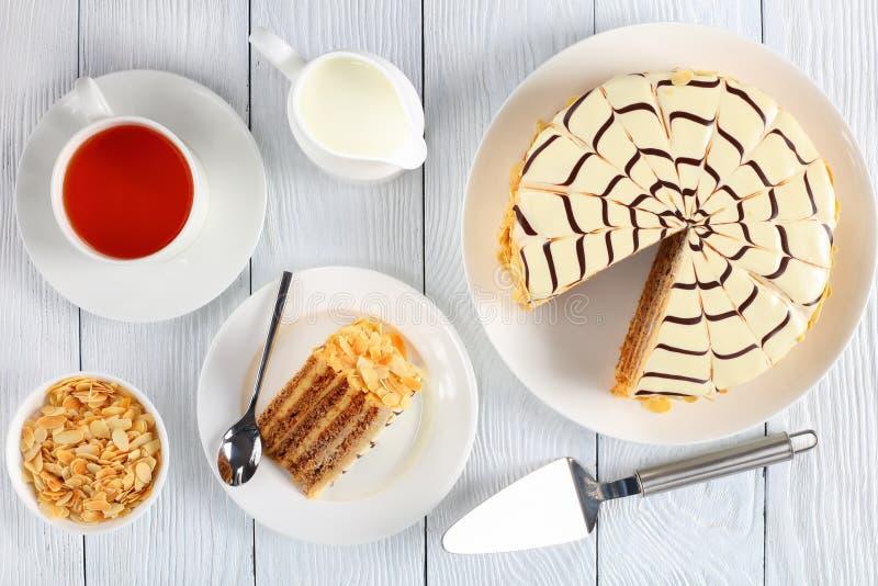 Esterhazy torte på plattan och kopp te royaltyfri foto